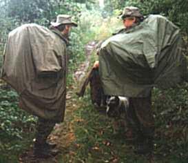 9023f59d32 Ukázka nošení velkého batohu pod klasickým pončem - kousek od Kokořína
